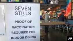 Tanda bukti vaksinasi dipasang di sebuah bar di San Francisco pada Kamis, 29 Juli 2021. (Foto: AP)