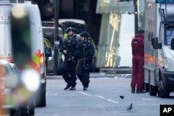 Naoružani britanski policajci na mestu napada
