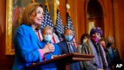 ប្រធានរដ្ឋសភាអ្នកស្រី Nancy Pelosi និយាយមុនពេលចុះហត្ថលេខាលើសេចក្តីសម្រេចរបស់រដ្ឋសភាដើម្បីបន្តផ្តល់ថវិកាដើម្បីបន្តដំណើរការរដ្ឋាភិបាល កាលពីថ្ងៃទី៣០ ខែកញ្ញា ឆ្នាំ២០២១ នៅលើវិមានសភាក្នុងរដ្ឋធានីវ៉ាស៊ីនតោន សហរដ្ឋអាមេរិក។
