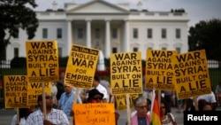 Para aktivis anti perang melakukan demonstrasi menolak intervensi militer terhadap Suriah di depan Gedung Putih, Washington, DC (29/8).