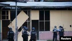 Tim forensik bom menyelidiki lokasi ledakan di Tanah Abang (8/4).