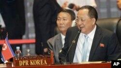 26일 라오스 비엔티안에서 열린 아세안 지역안보 포럼, ARF 회의에 북한 대표로 리용호 외무상(오른쪽)이 참석했다.