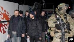 عکس آرشیوی از یک سرباز اوکراینی که تعدادی از شورشیان جدایی طلب دستگیر شده را برای مبادله اسرا همراهی می کند - دی ماه ۱۳۹۳