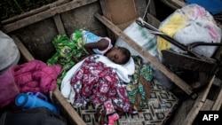 Des enfants déplacés internes dorment dans un bateau sur la rive du lac Albert, à Tchomia, Ituri, 5 mars 2018.