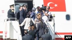 9月20日,土耳其總理達烏特奧盧(左二)和被釋放人質步下飛機。