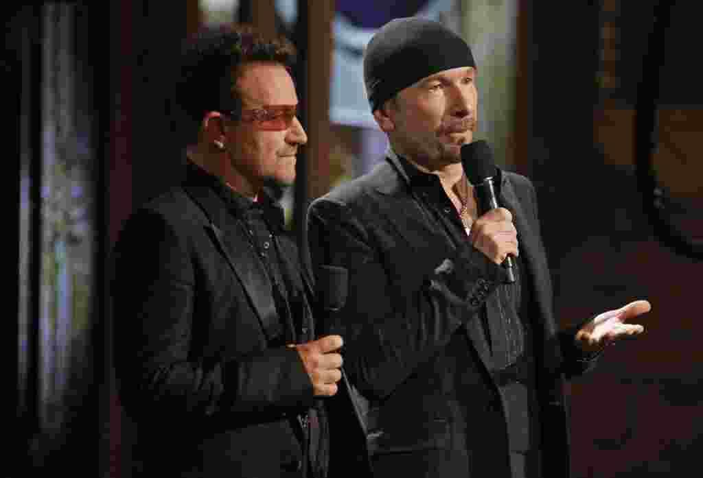 A la izquierda, Bono del grupo U2, quien ha estado largamente vinculado con la producción del Hombre araña para Broadway.