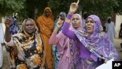 苏丹妇女9月14日在喀土穆的反美抗议中高呼口号