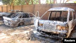 Des véhicules brûlés sont visibles dans l'enceinte de l'église dans la région de la CEAO de Damaturu, de l'État de Yobe, au nord-est du Nigeria, le 8 Novembre, 2011.