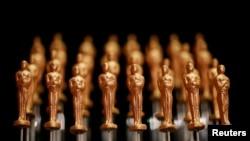 Cokelat berbentuk piala Oscar di pertunjukkan kepada wartawan untuk persiapan pesta Governors Ball di Los Angeles, California (dok: Reuters)