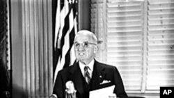 냉전 당시, 백악관 집무실에서 해리 트루만 미 대통령.