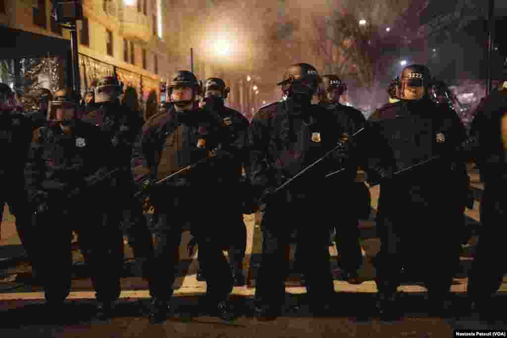 Sur la place Franklin, des militants anti-trump se sont faits repousser par la police, à Washington DC, le 20 janvier 2017. (VOA/Nastasia Peteuil)