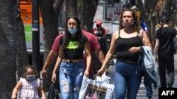 Туристи гуляють по Голівудському Бульвару. 30 червня 2020.