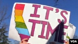 支持同性婚姻者3月26日在華盛頓的最高法院門前示威﹐表達訴求。