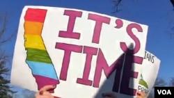 Những người ủng hộ hôn nhân đồng tính đứng trước cổng Tối cao Pháp viện ở Washington, 26/3/2013.