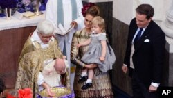 Uskup Agung Swedia Antje Jackelen membaptis Pangeran Nicolas, disaksikan Putri Madeleine yang menggendong Putri Leonore dan Christopher O'Neill, dalam upacara di Gereja Istana Drottningholm, dekat Stockholm. (Foto: Dok)
