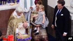 L'archevêque Antje Jackelen, qui est une femme, baptisant le prince Nicolas de Suède, à l'église du château de Drottningholm, près de Stockholm, le 11 octobre 2015. (Maja Suslin/TT News Agency via AP)