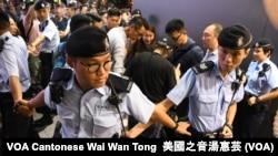 大批警員築成人鏈分隔示威者與中國大媽歌舞團 (美國之音湯惠芸)