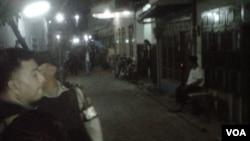 Densus 88 melakukan penggerebekan terduga teroris di sebuah rumah di Kalilom, Surabaya Senin malam (20/1).
