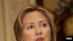 Menlu AS Hillary Rodham Clinton pada saat acara jumpa pers di istana Necessidades, Lisabon, Portugal.
