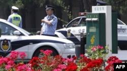 Cảnh sát Trung Quốc canh gác gần cổng vào nhà khách chính phủ Diaoyutai, được cho là nơi lãnh tụ Bắc Triều Tiên Kim Jong Il ở trong lúc viếng thăm Bắc Kinh, ngày 25/5/2011