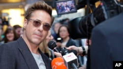 Robert Downey Jr. diwawancara ketika tiba di acara pemutaran perdana film 'The Avengers Age of Ultron' di London, 21 April 2015.