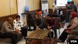 Wali Kota Surabaya Tri Rismaharini (baju putih) berbincang dengan Kementerian Sosial sebelum acara penyerahan di Surabaya, Selasa 12/6. (Foto: VOA/Petrus Riski)