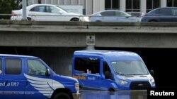 2016年1月6日加利福尼亚州圣迭戈一位机场班车司机缓缓通过洪水区。