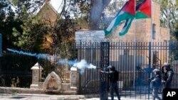 Sòlda Izrayelyen kap tire gaz lakrimojèn sou manifestan palestinyen yo nan lavil Bethlehem. Samdi 31 mas 2018.