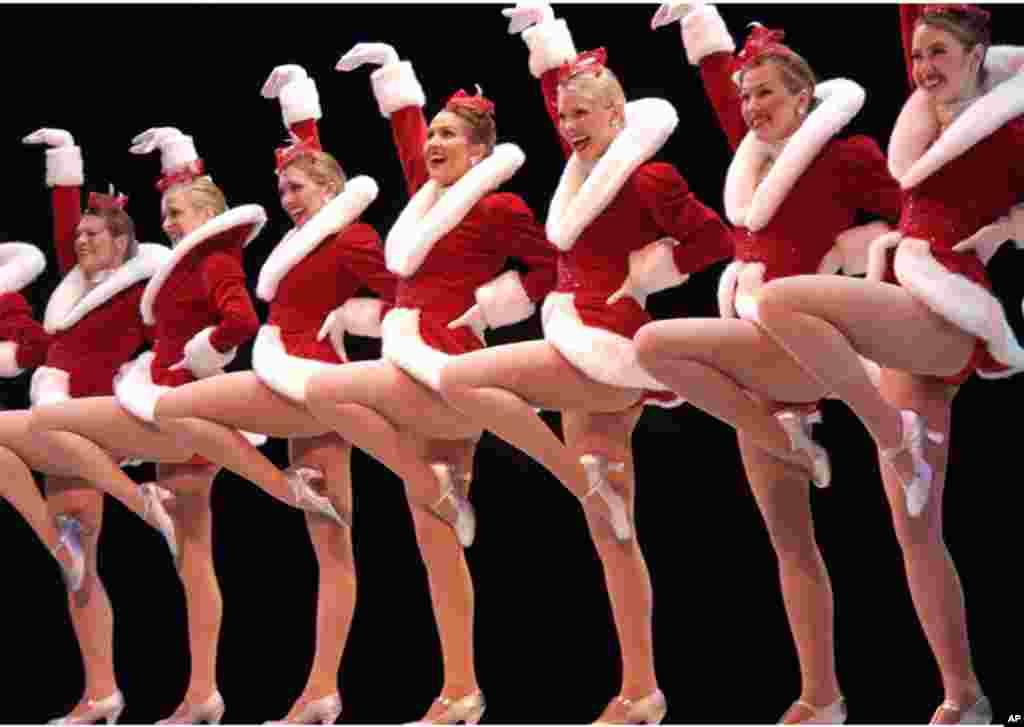 纽约无线电城音乐厅火箭女郎舞蹈团穿着圣诞节服装在波士顿的王安剧院演出(2004年)。王安电脑公司创办人王安在1983年为修复该剧院捐出巨款。1990年,王安去世,享年70岁。后来王安电脑公司迅速解体。但王安剧院至今仍在,火箭女郎舞蹈团也历久不衰。