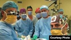 Tim dokter bedah Universitas Stellenbosch yang menjalankan transplantasi penis pertama yang sukses di dunia (Courtesy: Stellenbosch University).