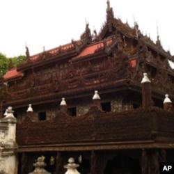 敏东王在曼德勒山脚下修建的金殿寺以精致的雕梁画栋出名