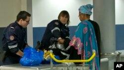 کنترل لوازم مسافران ورودی به فرانسه توسط ماموران امنیتی در فرودگاه شارل دو گل پاریس - آرشیو