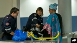 在巴黎的戴高乐机场,海关人员检查乘客的行李(2016年3月23日)