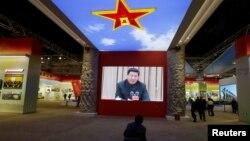在北京的《砥礪奮進的五年》大型成就展裡,有人觀看關於中國主席習近平的視頻(2017年10月10日)