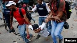 孟加拉國首都達卡反褻瀆抗議導致10人死亡﹐在現場採訪記者協助救援受傷民眾。
