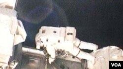 Astronot Rick Mastracchio keluar dari pesawat pada misi perbaikan pertama, 9 April 2010.