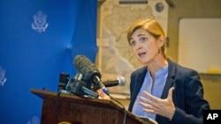 Đại sứ Mỹ tại LHQ Samantha Power phát biểu với giới truyền thông tại Freetown, Sierra Leone, ngày 27/10/2014.