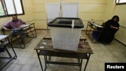 이집트 대통령 선거 이틀째인 지난 27일 카이로의 한 투표소가 유권자 없이 한산한 모습이다.