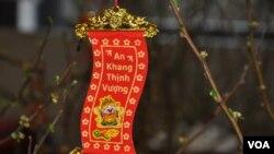 Câu chúc Tết trên cành lộc xuân tại một ngôi chùa Việt Nam ở bang Maryland. Hình minh họa. (Hình: Trà Mi)