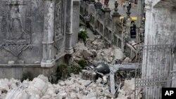 Bagian Basilica of the Holy Child ambruk akibat gempa besar yang menimpa kota Cebu dan merusak gereja tertua di Filipina itu (15/10). (AP/Bullit Marquez)