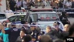 2 người chết, 9 người bị thương trong vụ nổ súng trước tòa nhà chọc trời Empire State, và một số người có thể bị trúng đạn lạc của cảnh sát.