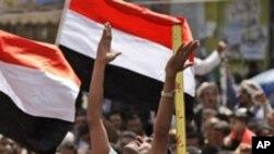 Masu hamaiya a birnin Sana'a suna murnar ficewar shugaban kasar Ali Abdullahi Saleh