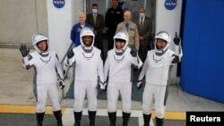 Kru roket SpaceX Falcon 9: Komandan Mike Hopkins, Victor Glover, Shannon Walker, dan astronaut Jepang Soichi Noguchi, melambaikan tangan sebelum memasuki pesawat antariksa untuk misi komersial NASA pertama di Kennedy Space Center, Cape Canaveral, Florida, Minggu, 15 November 2020
