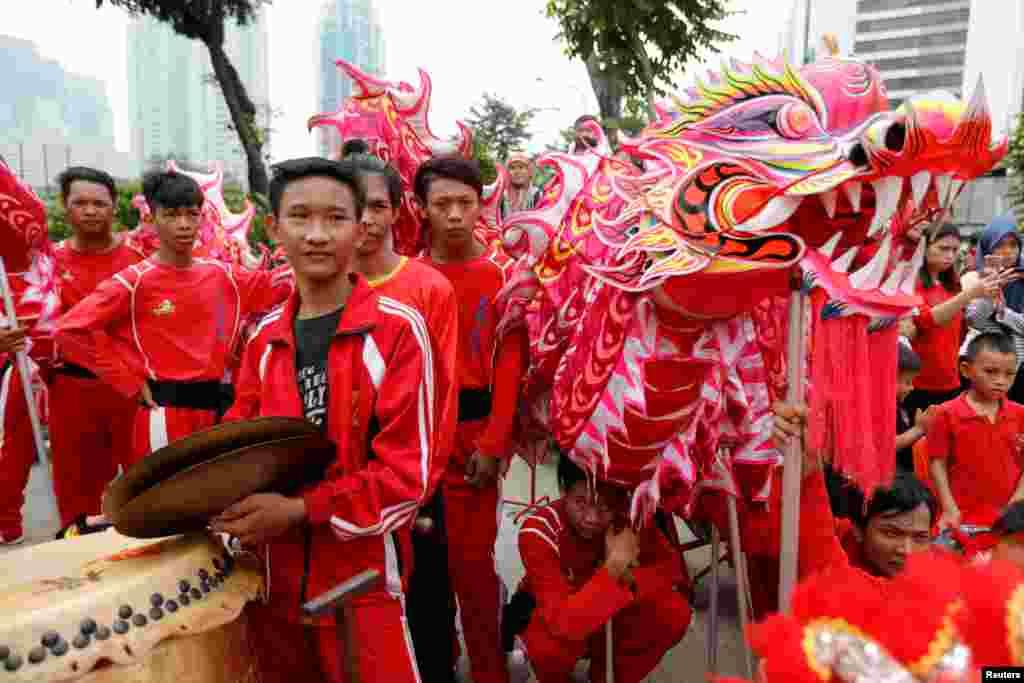 نئے سال کی تقریبات کا سب سے دلکش 'لائن ڈانس' یعنی شیر کا رقص کہلاتا ہے۔ ہزاروں نوجوان اس ڈانس میں رنگ برنگے کپڑے پہنچ کر اور مخصوص طور پر کاغذ سے تیار کردہ شیروں کا بہروپ بھرتے اور سڑکوں پر نکلے ہیں۔