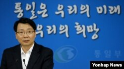 김형석 한국 통일부 대변인이 9일 정부서울청사에서 개성공단문제 등 현안에 대해 브리핑하고 있다.