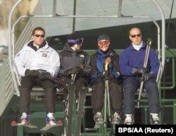 Chelsea Clinton (kedua dari kiri) bersama temannya dan dua agen Secret Service saat liburan ski.