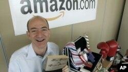 """Người sáng lập Amazon.com Jeff Bezos cầm cuốn sách """"Fluid Concepts and Creative Analogies"""" của Douglas Hofstadter -cuốn sách đầu tiên bán trên Amazon.com - ảnh chụp ngày 17/6/2015."""