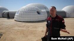 Gernot Groemer, komandan misi Amadee-18 Simulasi Kehidupan di Mars, di gurun Dhofar, Oman.