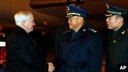 9일 베이징 국제공항에 도착한 로버트 게이츠 미 국방장관(좌)