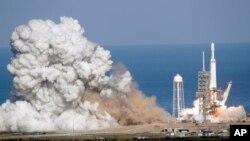 """Roket Falcon 9 SpaceX yang dijuluki """"Falcon Heavy"""", lepas landas dari pusat peluncurannya, pad 39A di Kennedy Space Center, Cape Canaveral, Florida, Selasa, 6 Februari 2018."""
